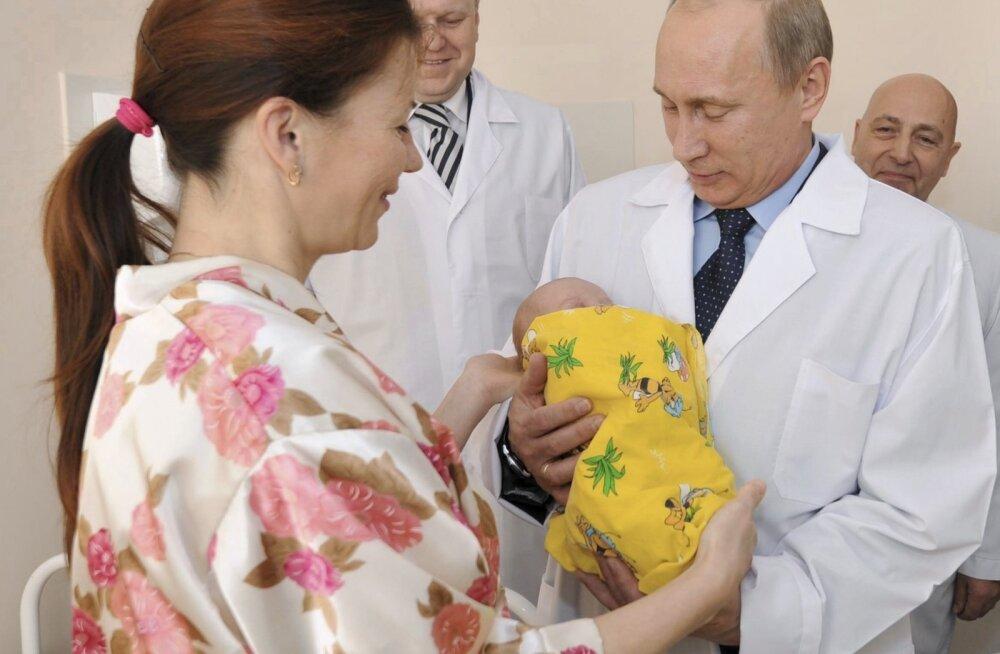 Vladimir Putin 2011. aastal Kaliningradi sünnitushaiglas.