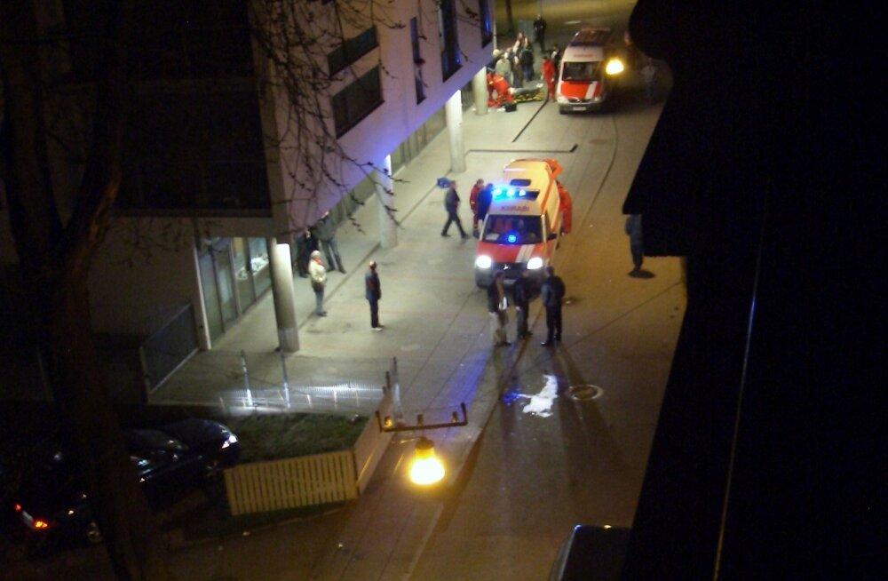 Kell pool üks öösel. Kiirabibrigaadid on kohal. Esiplaanil auto, mis on juba peale võtnud Olegi, tagumisse kiirabiautosse viiakse Dmitri Ganinit, kel on sel hetkel jäänud elada vähem kui kaks tundi.