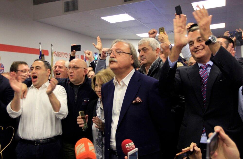 Gruusia opositsioonipartei presidendikandidaat Grigol Vašadze möödunud pühapäeval esialgsete valimistulemuste selgudes toetajate keskel