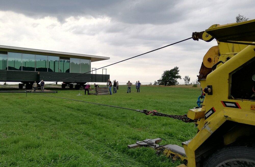 FOTOD   Puksiir vedas Läti ettevõtja laev-maja mööda maad kaldast eemale