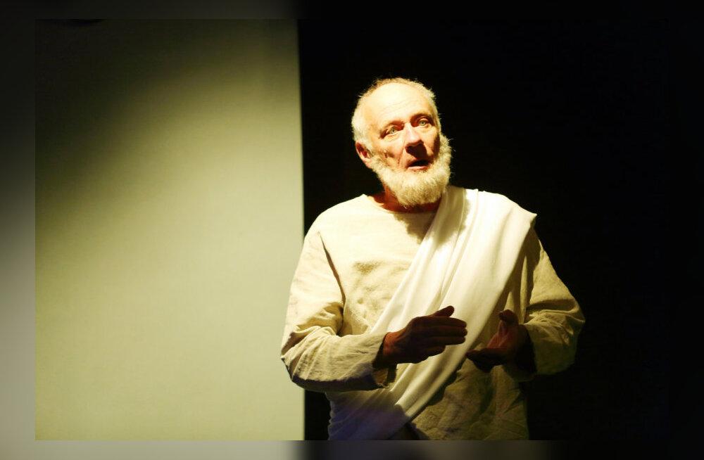 Vaikne Raivo Trass on väärikalt vananenud filosoof Sokrateseks