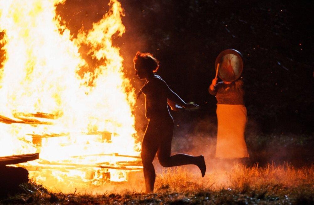 """Aktimodell Julia ja pensionär Reeni, kes astub lõkke ääres üles šamaanitrummi mängijana: """"Kõik peab elus ära proovima, elu tuleb lõbusaks teha,"""" pakatab ta positiivsest suhtumisest. """"Kauaks elu? Pulli on vaja teha!"""""""
