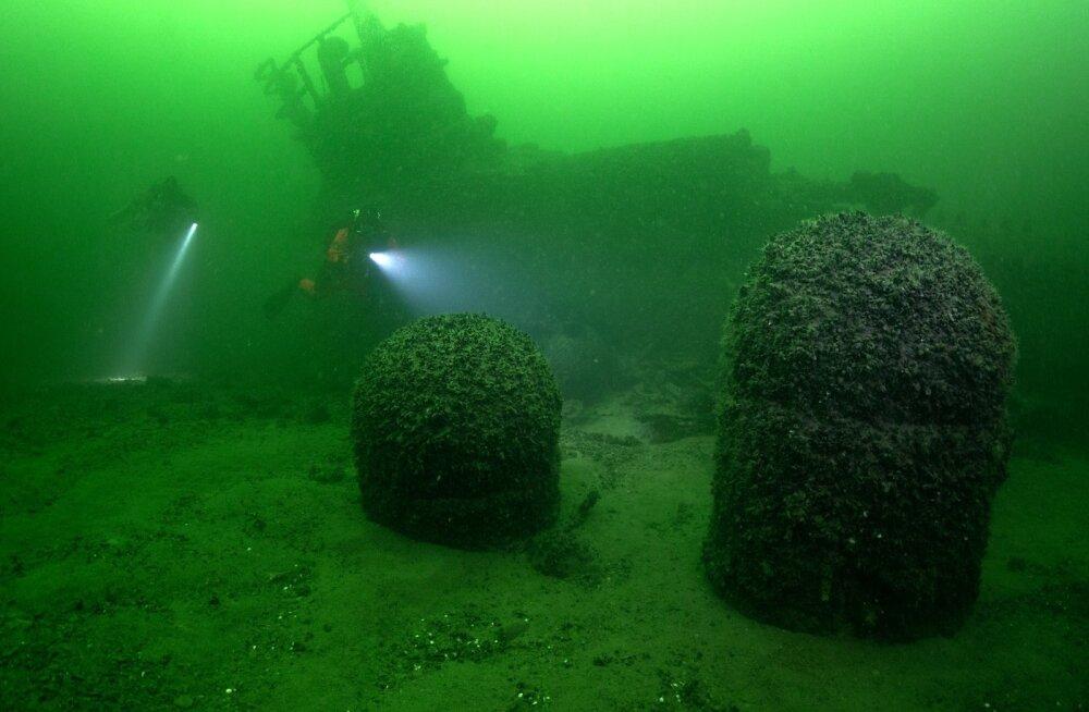 Uppunud allveelaeva ees on meremiinid.