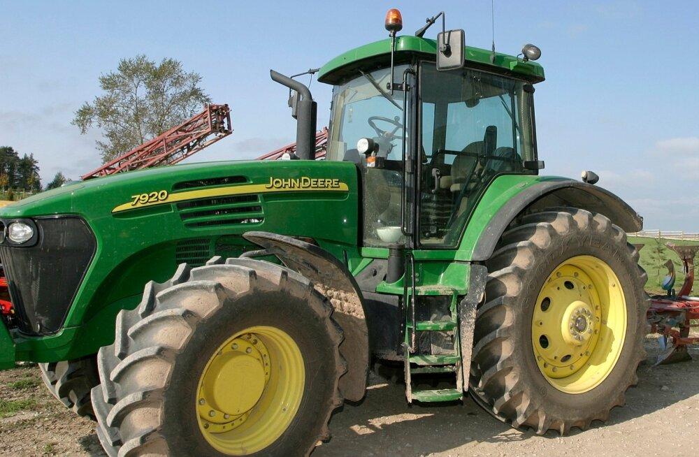 John Deere edestas müüginumbritega varasemalt edetabelit juhtinud New Hollandi traktoreid.