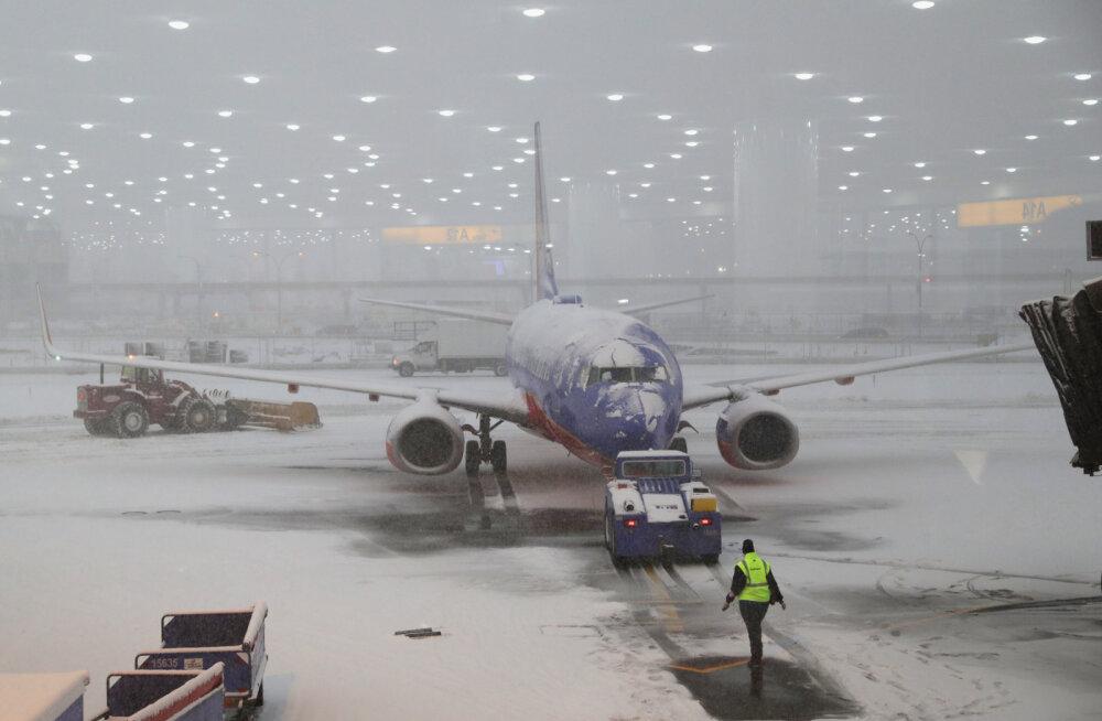ЗАСНЕЖЕННАЯ СКАЗКА ИЛИ ЗАЛЕДЕНЕВШИЙ АД? Как аэропорты справляются с первым снегом?