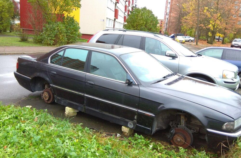 Автомобили на нарвских улицах бросают путешественники, строители, безответственные горожане