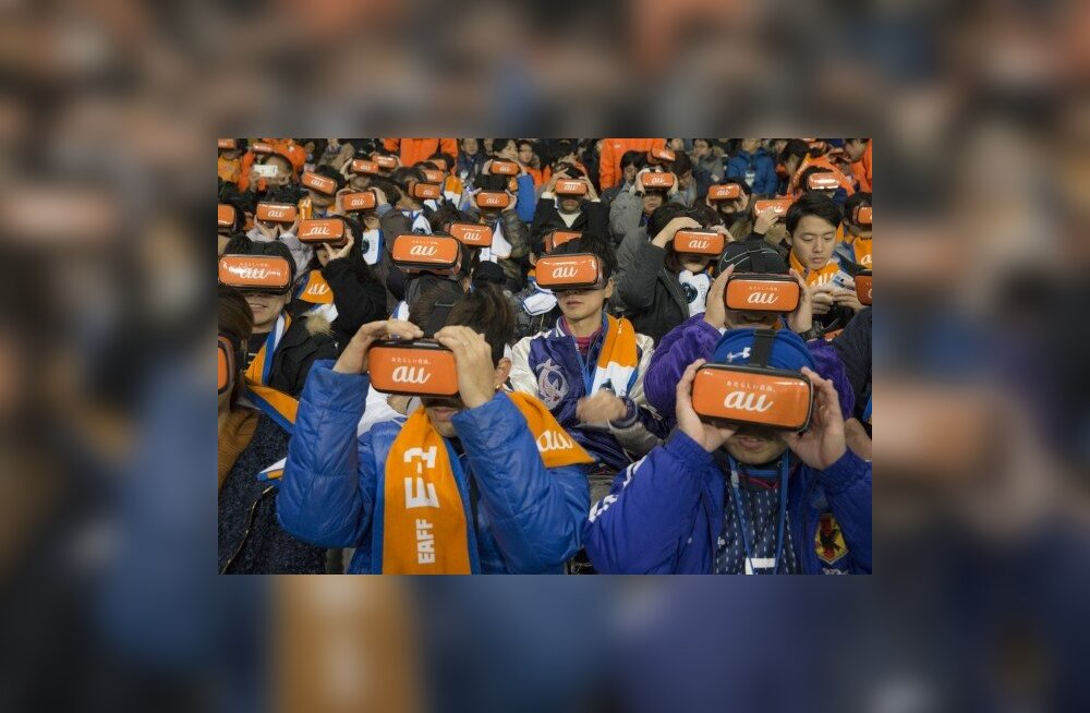 Aasta spordifoto? Jalgpallifännid VR-peakomplektide abil mängu jälgimas