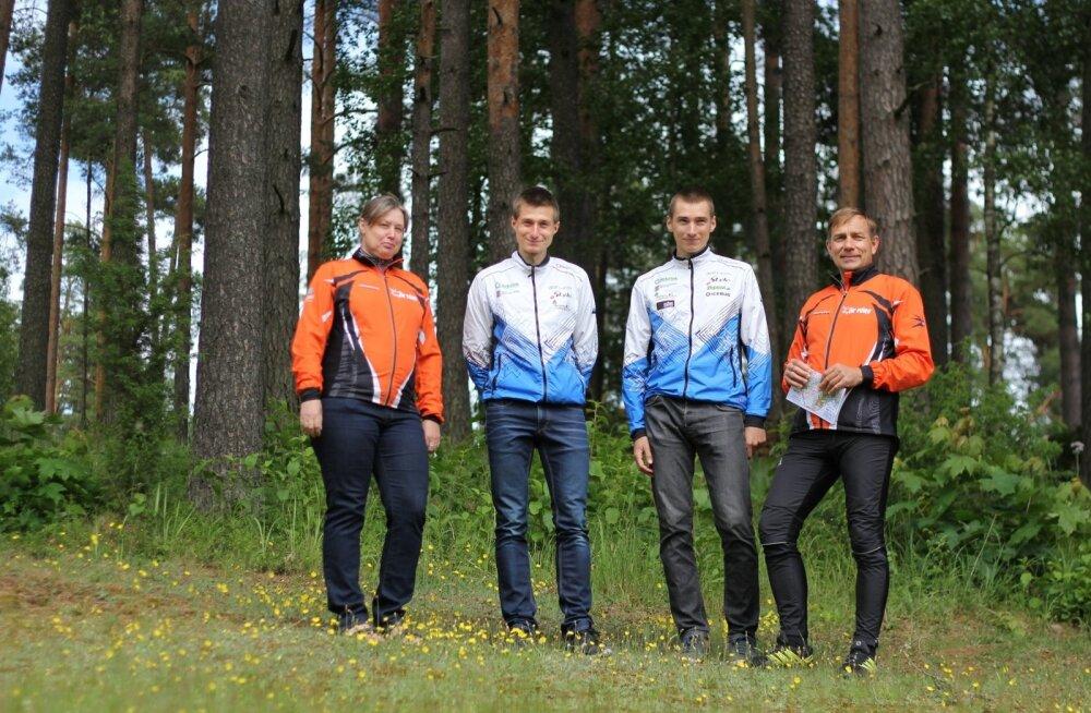 Kogu Sildade pere neile iseloomulikus keskkonnas, metsas. Vasakult Sarmite, Timo, Lauri ja Sixten.