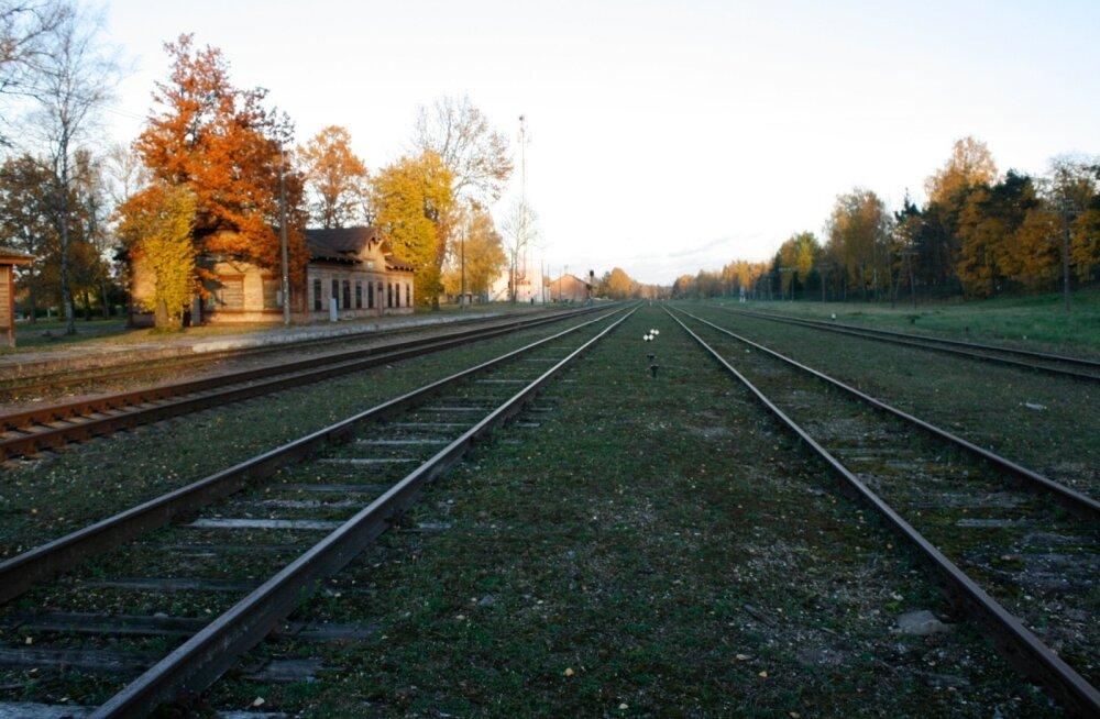 Võrust sõidab tänapäeval läbi ainult paar rongi kuus, peamiselt liigutatakse nendel paljunäinud relssidel nüüd vaid piirkonna metsadest välja võetud puitu ja kokkukorjatud vanarauda.