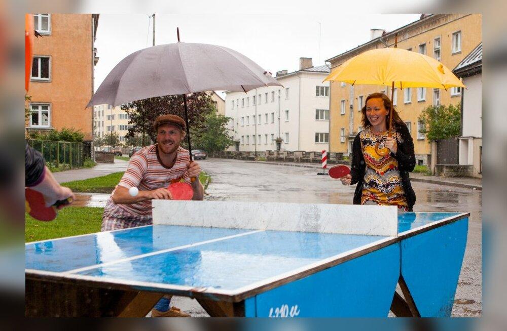 Hooandja juhatuse liige Tiiu Sullakatko ja Uue Maailma tänavatefestivali korraldaja Erko Valk demonstreerivad, kuidas saab linnaosa tänavatel lõbusalt aega veeta.