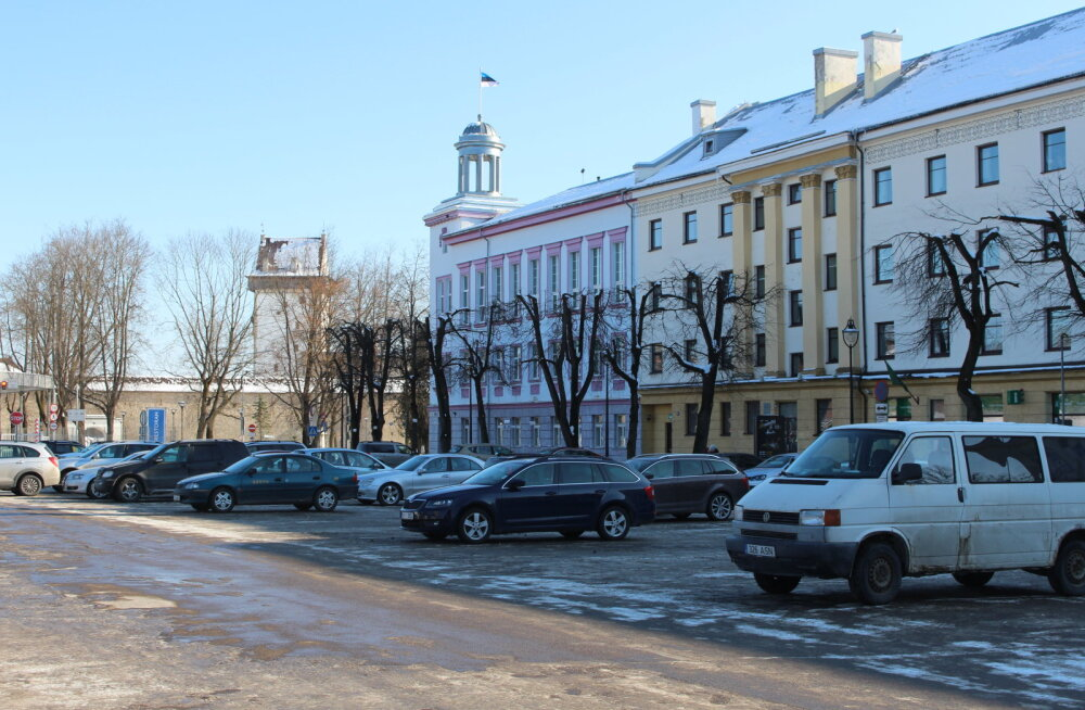 Нарвские власти делают парковку на Петровской площади платной: читайте, какая будет стоимость