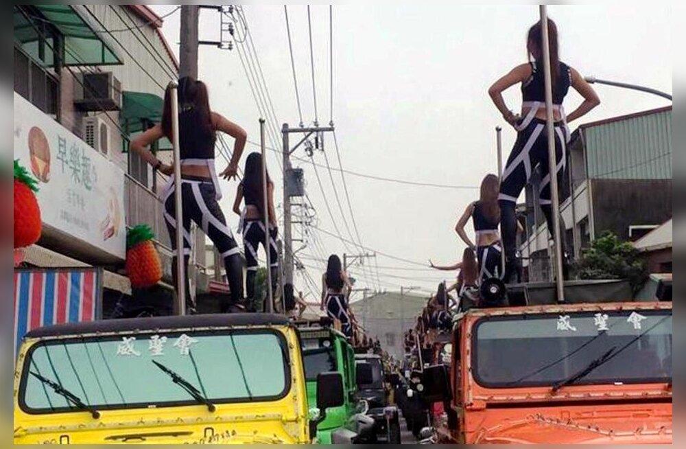 В Китае запретят стриптиз и шумные развлечения на похоронах