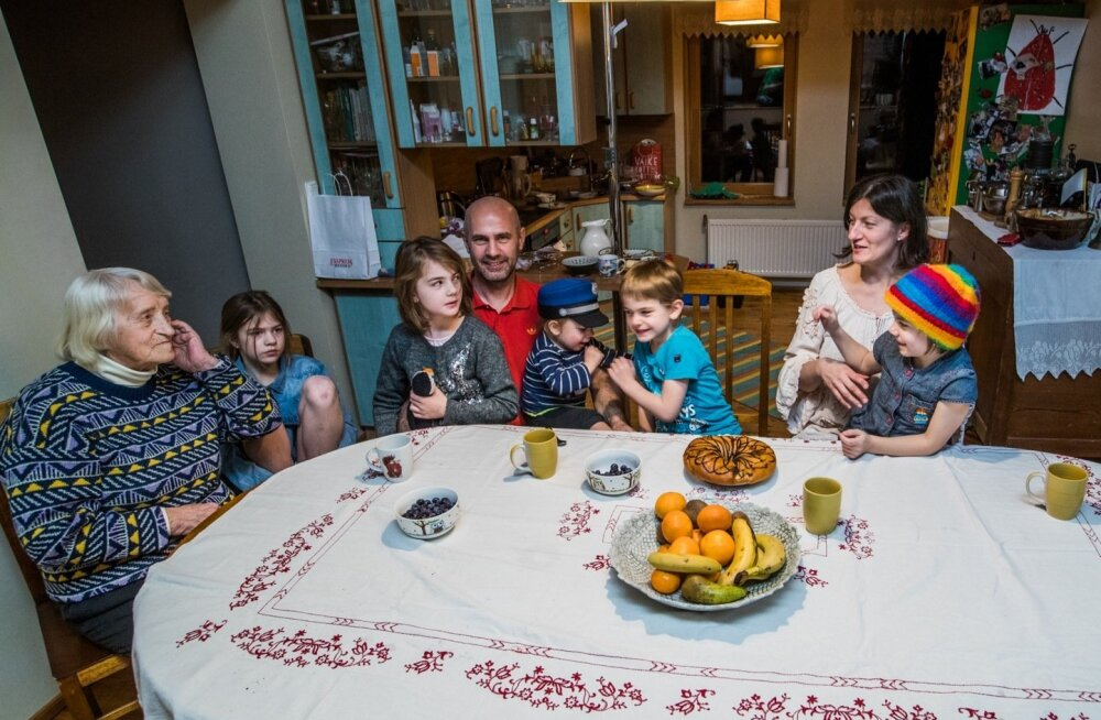 """KÕIK KOOS """"ORKESTRIAUGUS"""": Selle pildi tegemiseks läks viis minutit, sest keeruline oli saada kõik lapsi ühel ajal kaamerasse vaatama. (Vasakult) Vanavanaema Lilli, Nora, Klara, Hamigo, hans, Joonas, Triin ja Frida."""