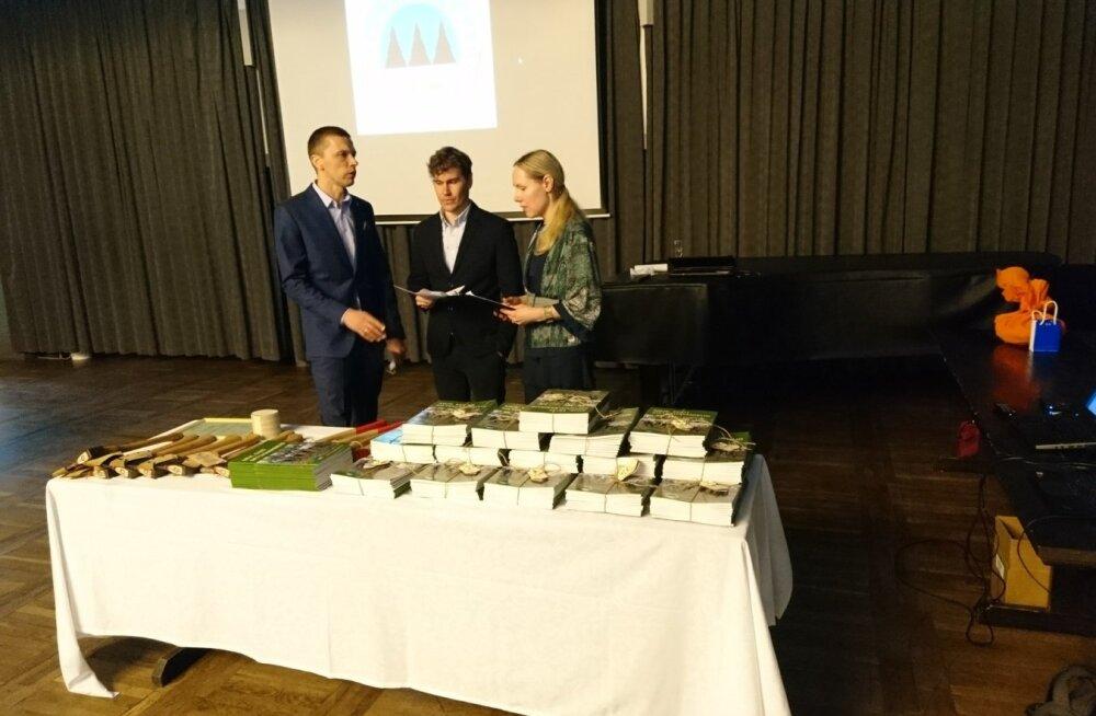 Eesti Erametsaliidu juhatuse esimees Ants Erik (vasakul), ase- esimees Mikk Link ja tegevdirektor Liina Laineveer on valmis teenekatele erametsaliikumise edendajatele tunnustust jagama.