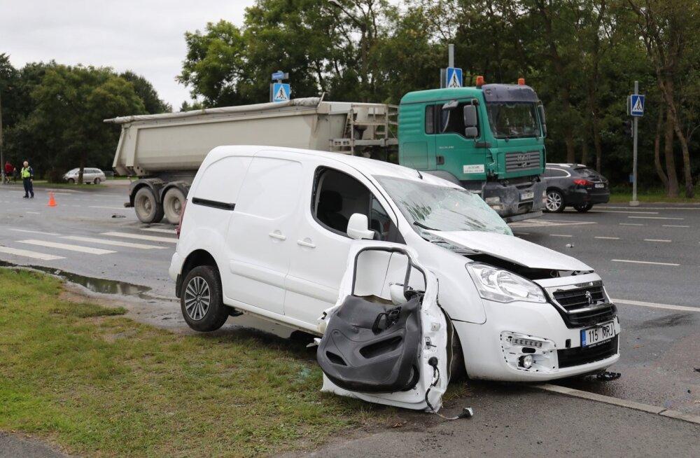 ФОТО: В Ласнамяэ столкнулись фургон и легковушка, движение нарушено