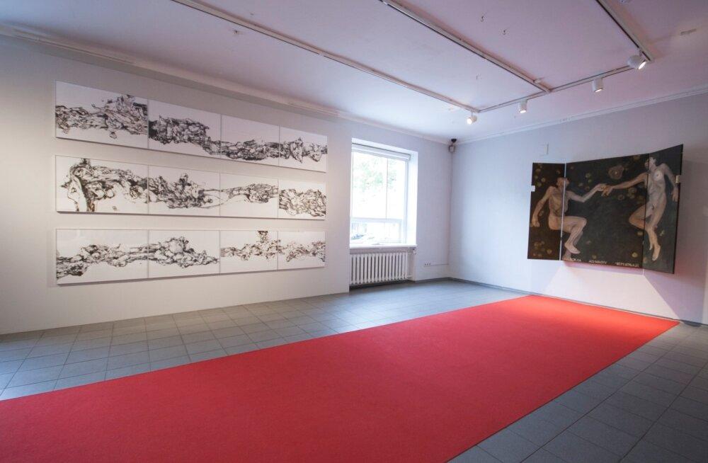 Punane vaip ühendab Nadežda Tšernobai altari ja Peeter Krosmanni joonistused.