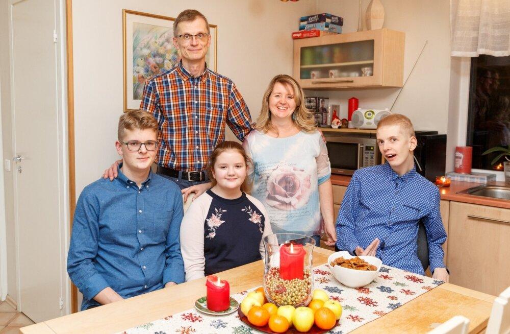 Tõnn (vasakult), Kalle, Linda, Rita ja Mats toimetavad kõige enam oma avara kodu esimesel korrusel – seal asuvad nii Matsi tuba, köök kui ka muu eluks vajalik ja kõik saavad olla koos.