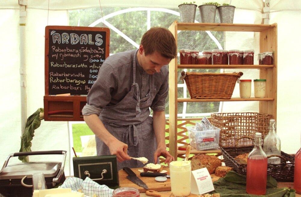"""Sarja """"Islandi köök"""" peategelane on kokk Arni Ólafur Jónsson, kes omakasvatatud kraamist valmistab oivalisi toite."""