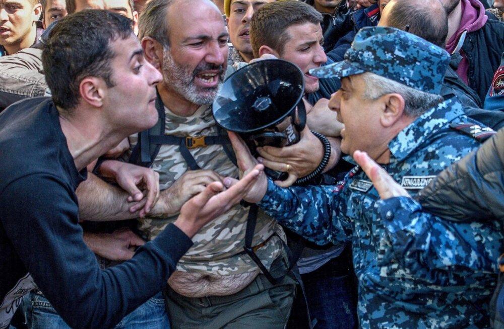 Armeenia pealinnas Jerevanis läks enne Sargsjani ametisse kinnitamist meeleavaldajate ja politseinike vahel tuliseks.