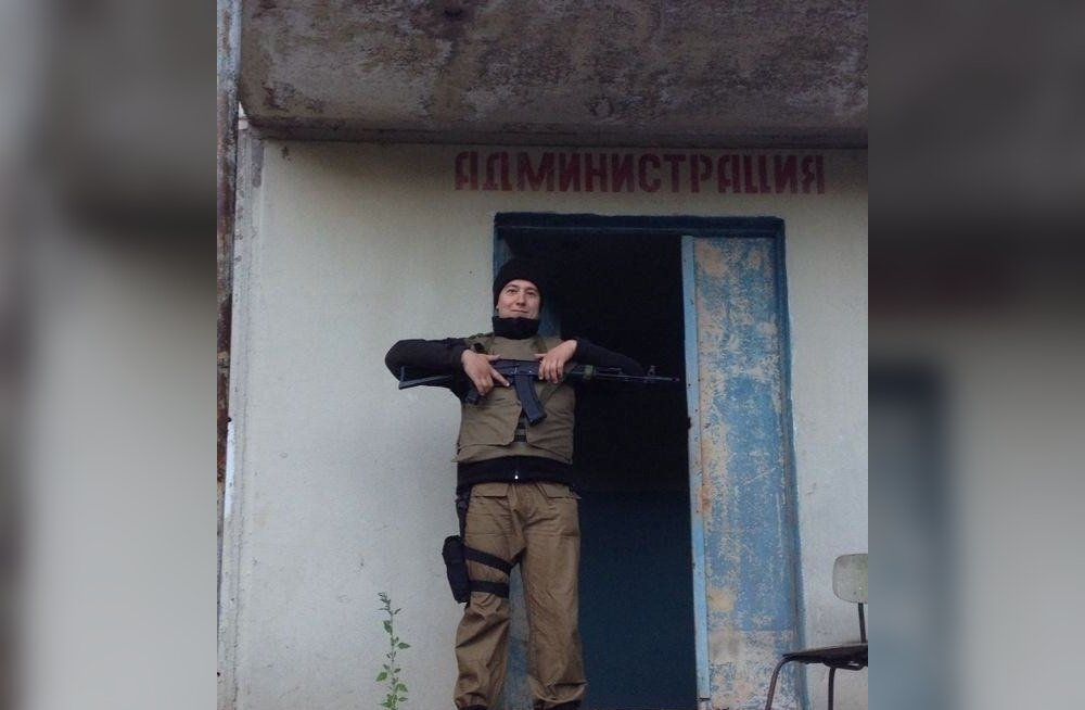 Peale Avatud Venemaaga seotud tegevuste leiab tema profiililt ka foto tulirelvaga.