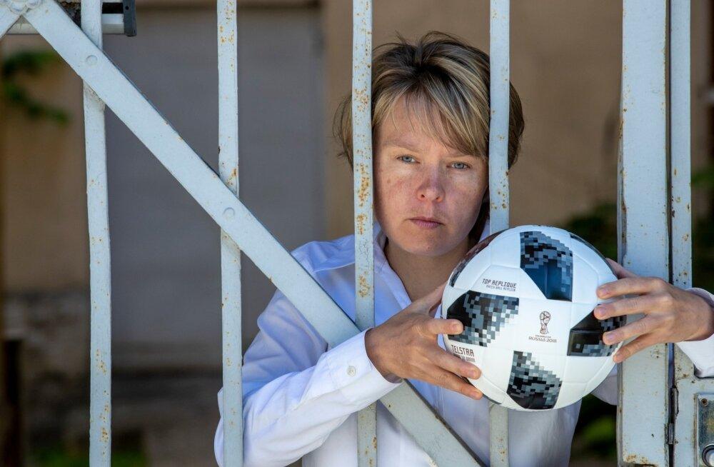 Jevgenia Tširikova sõnul on jalgpall MM-i ajal absoluutsel esikohal. Peo rikkujaid ootavad trellid.