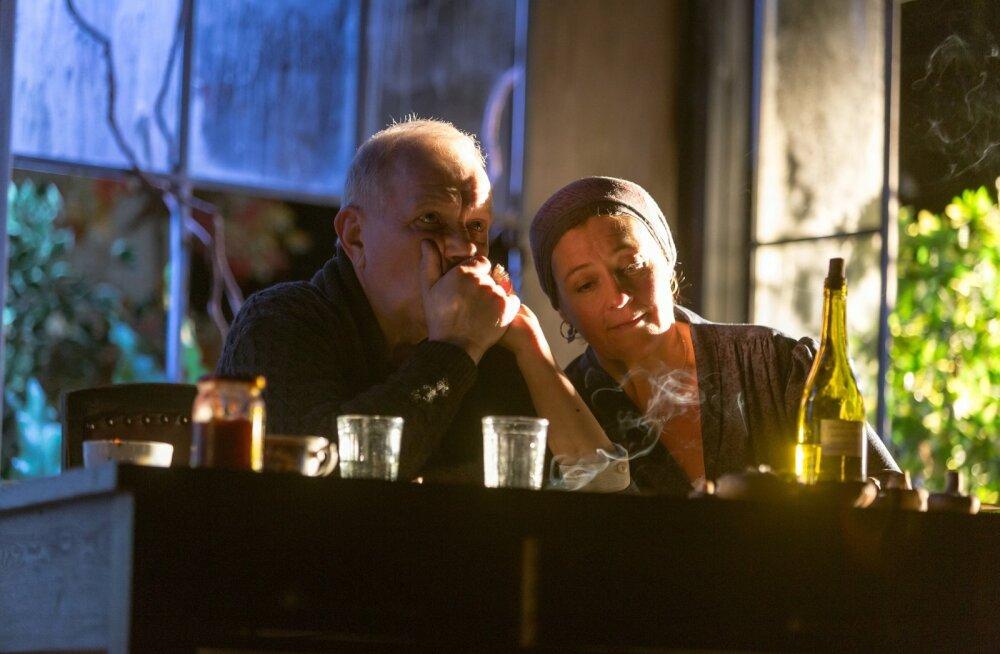"""André (Andrus Vaarik) ja Madeleine (Anne Reemann) kehastavad lavastuses """"Mineku eel"""" suurema osa elust koos veetnud paari."""