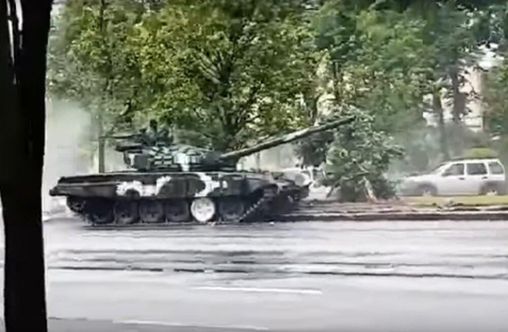 VIDEO | Minskis niitis paraadiproovile kihutanud tank maha laternaposti