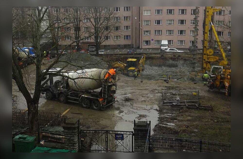 Жители Копли: стройка загрязняет улицу, а на кого жаловаться — неизвестно!