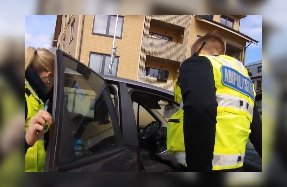"""ВИДЕО: В Каламая в припаркованной на """"зебре"""" машине ребенок сидел больше часа, полиция стала искать маму мальчика"""
