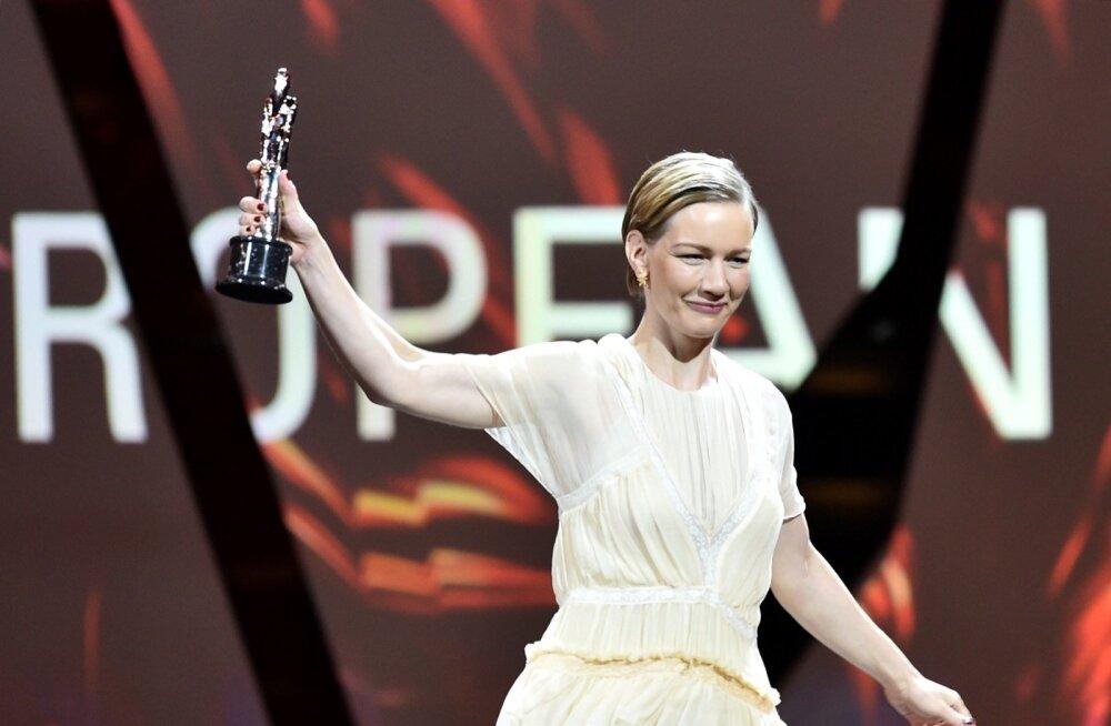 """Sandra Hüller pälvis """"Toni Erdmannis"""" tehtud rolli eest Euroopa filmiauhindade galal parima naisnäitleja tiitli."""