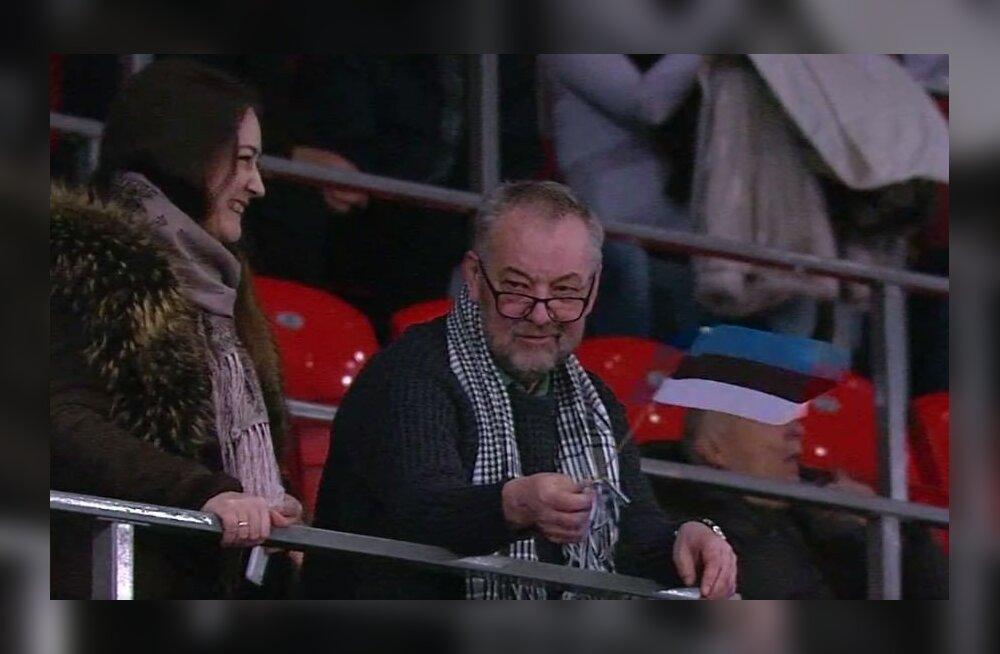 FOTO   Lavastaja Neeme Kuningas hoidis Krasnojarskis Kalev/Cramo korvpallimängul Eesti lippu kõrgel