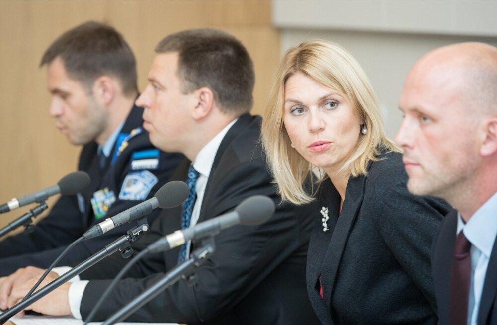 PPA juht Elmar Vaher (vasakult), peaminister Jüri Ratas, ettevõtlus- ja tehnoloogiaminister Urve Palo ning RIA peadirektor Taimar Peterkop kinnitasid eile, et oht on teoreetiline ja ID-kaarti välja vahetama pole vaja tormata.