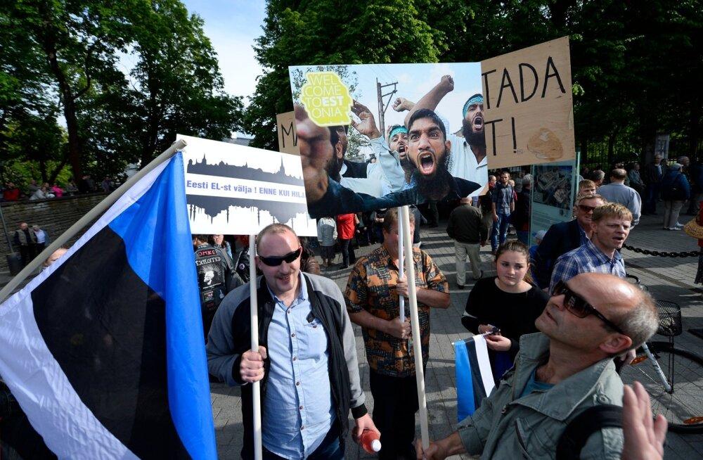 DELFI FOTOD ja VIDEO: Ekrelased kutsusid inimesed Toompeale pagulaste vastu meelt avaldama