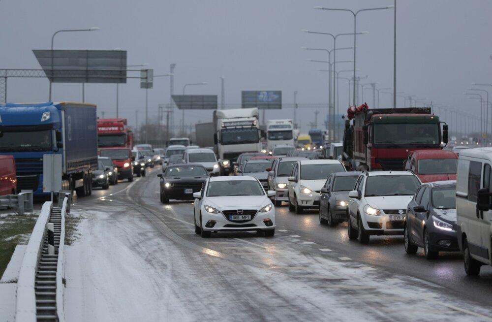 Teeolud ja liikluspiirangud: teedel püsib libedusoht, päeval kohati sajab