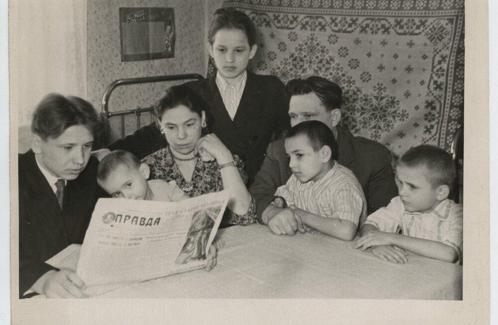 Kamberahjude tsehhi tööline Ivanov oma perega kodus Kohtla-Järvel lugemas ajalehte Pravda
