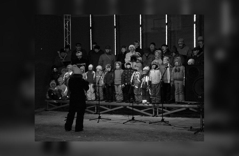 """""""Saksad sõitsid saaniga, mina vaene kelguga,"""" laulsid """"Jõulurõõmul"""" koos kõige mehisemad ja kõige pisemad. Haaslava meeskoori ja laulustuudio """"Vikerkaar"""" laululapsi oli rõõmustav koos musitseerimas kuulda, dirigeeris Marlene Leopard (Foto: Maire Henno)"""