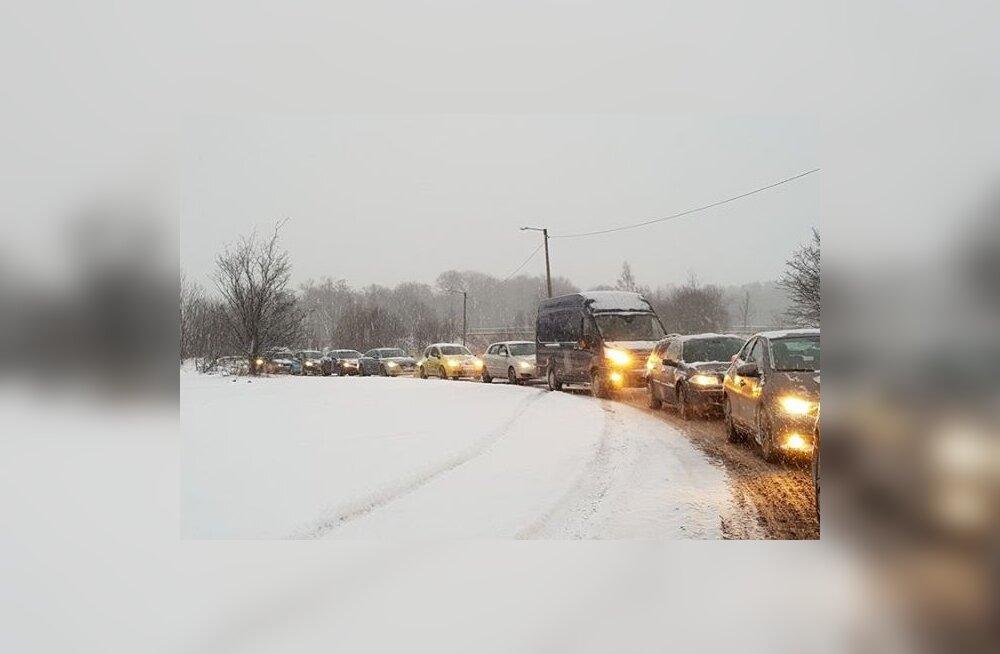 ILMA- JA LIIKLUSBLOGI | Lumesadu on muutnud teeolud keeruliseks, mitmel pool on ummikud