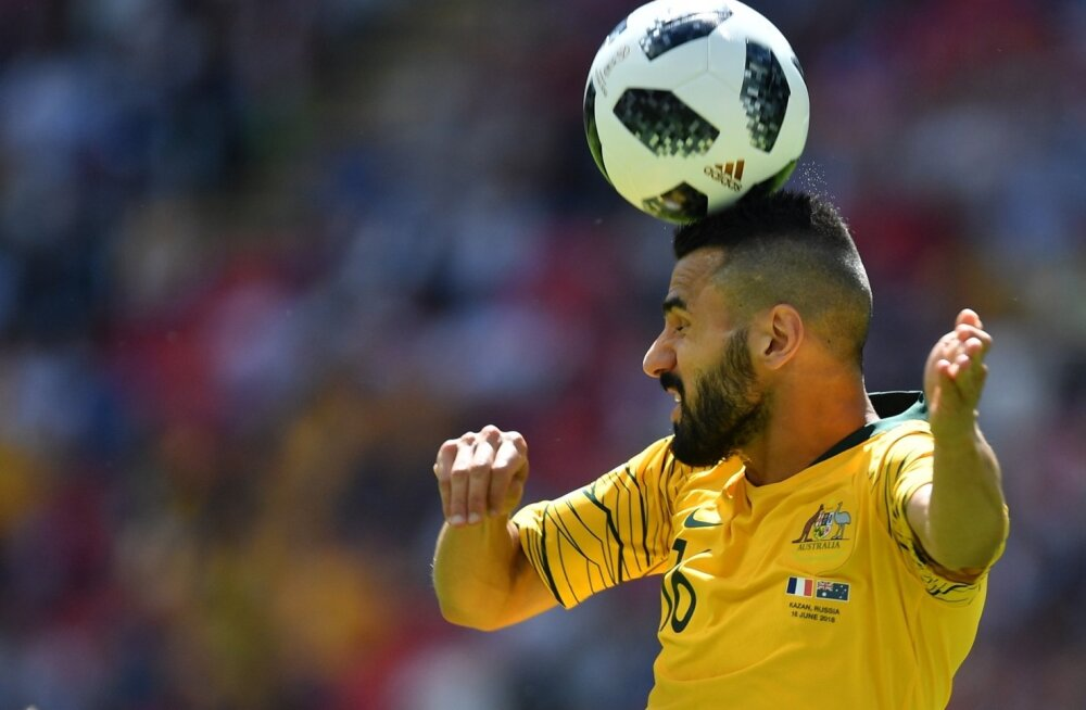 Austraalia-Prantsusmaa mängus purunes kaks palli. Peaga lüües, nagu teeb pildil Austraalia pallur Aziz Behich, jääb pall terveks.