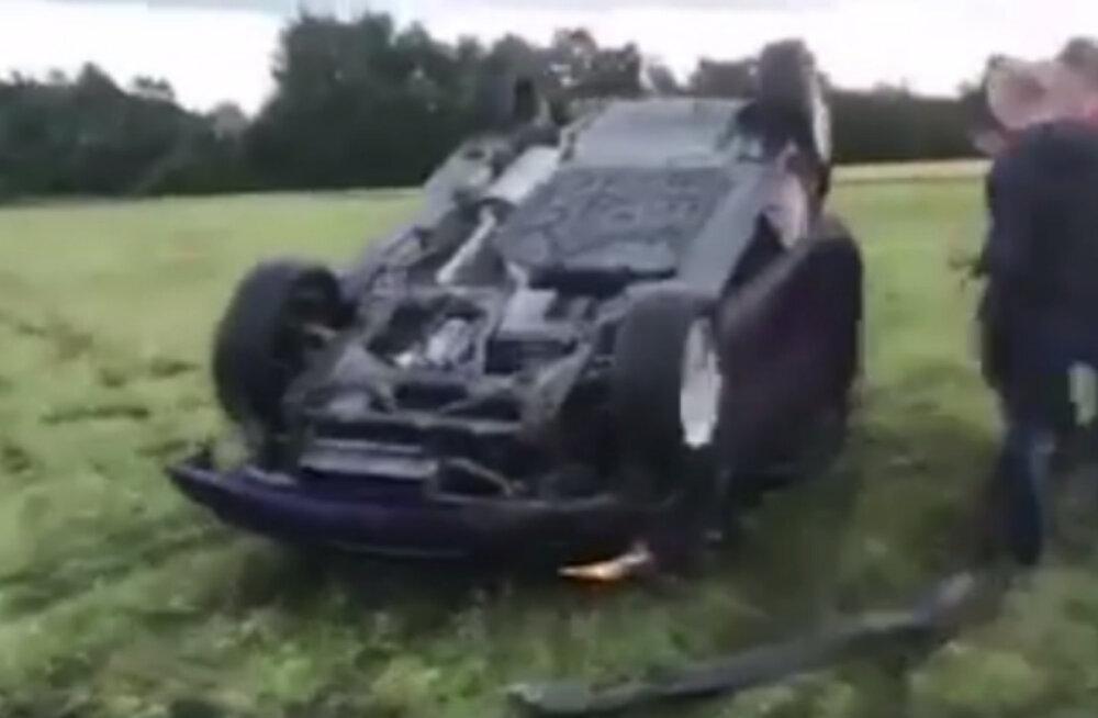 VIDEO   Darwini auhinna kandidaadid? Eesti noored üritasid autoga üle kraavi hüpata, kuid käisid hoopis mitu korda üle katuse