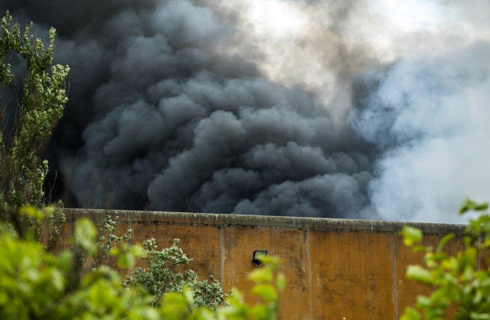 Põletades jäätmeid küttekoldes, ei pane inimesed ise tähelegi, millist suitsu nende korstnast tõuseb.