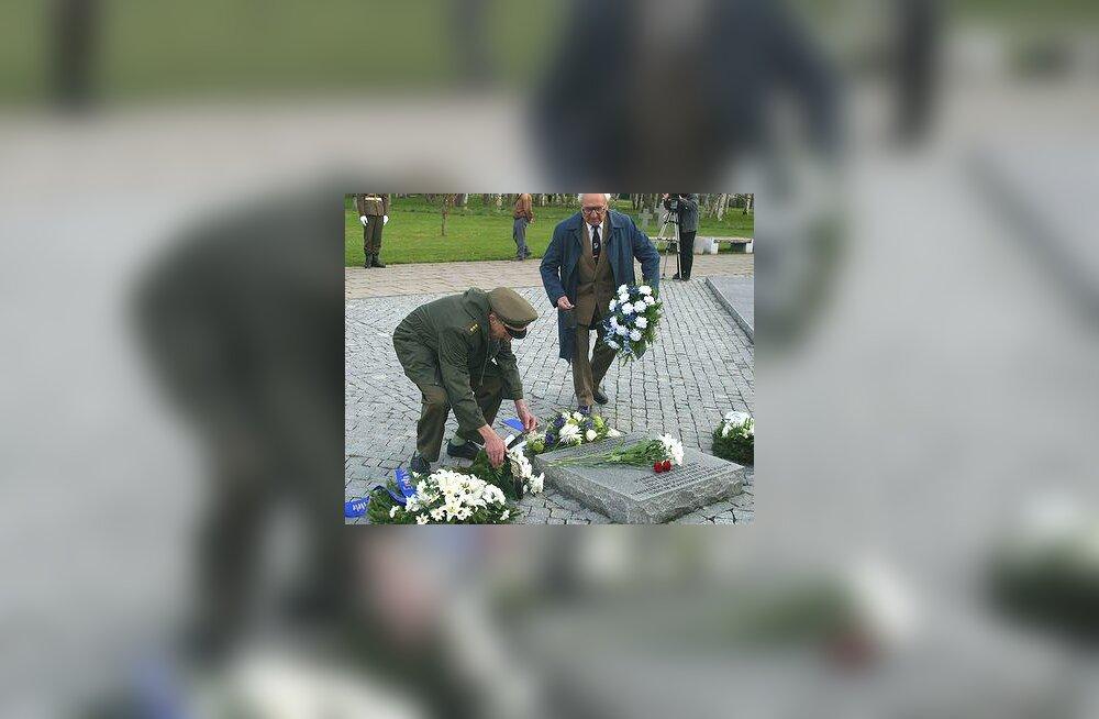 Maarjamäe, pärgade panek Saksa sõdurite risti juurde