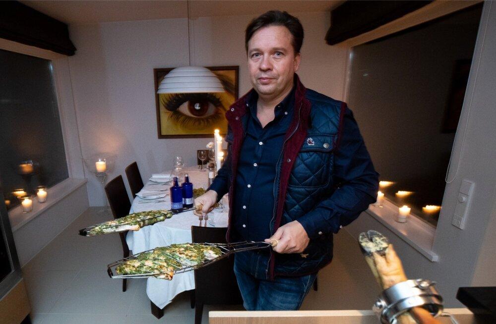 Kaupo Karelsonile meeldib sõpru võõrustada ja neile õhtusööki valmistada. Tema firmaroog on grill-lõhe, mis on hõrgu maitse saanud karulaugumarinaadis.