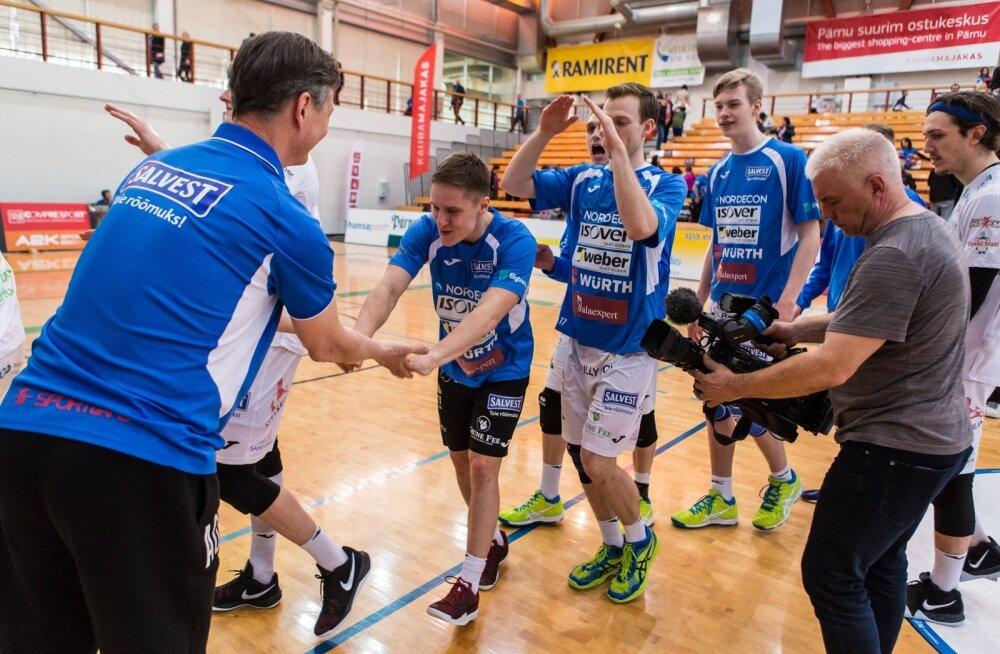 Finaali jõudnud Tartu mängijad õnnitlevad ja tänavad peatreener Andrei Ojametsa (vasakul).