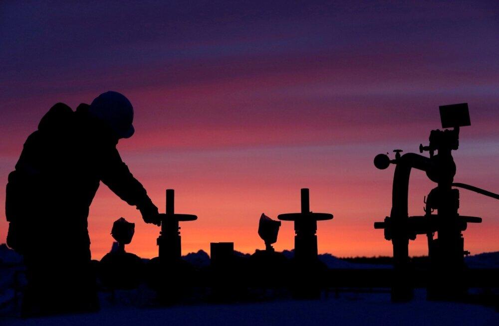 Tööline Venemaale kuuluval naftaväljal
