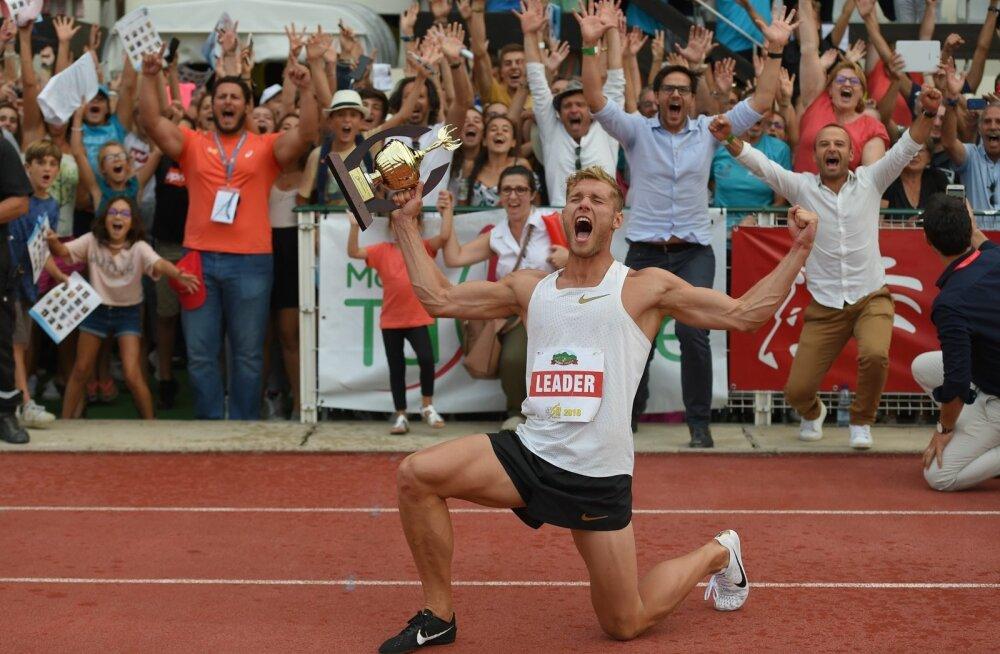 Kevin Mayer tähistamas maailmarekordi püstitamist.