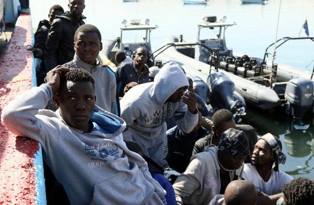 Migrandid, kes päästeti Liibüa ranniku lähedal Euroopasse teel olnud ja lekkima hakanud paadist, on jõudnud Tripoli sadamasse.
