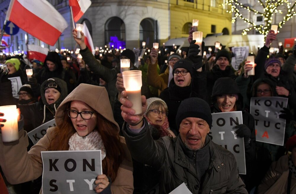 Tuhanded poolakad protestisid möödunud aasta lõpus Varssavi presidendilossi ees vastuolulise kohtureformi vastu. Nad nõudsid, et Poola valitsus lõpetaks kohtusüsteemi sõltumatuse ja õigusriigi õõnestamise.