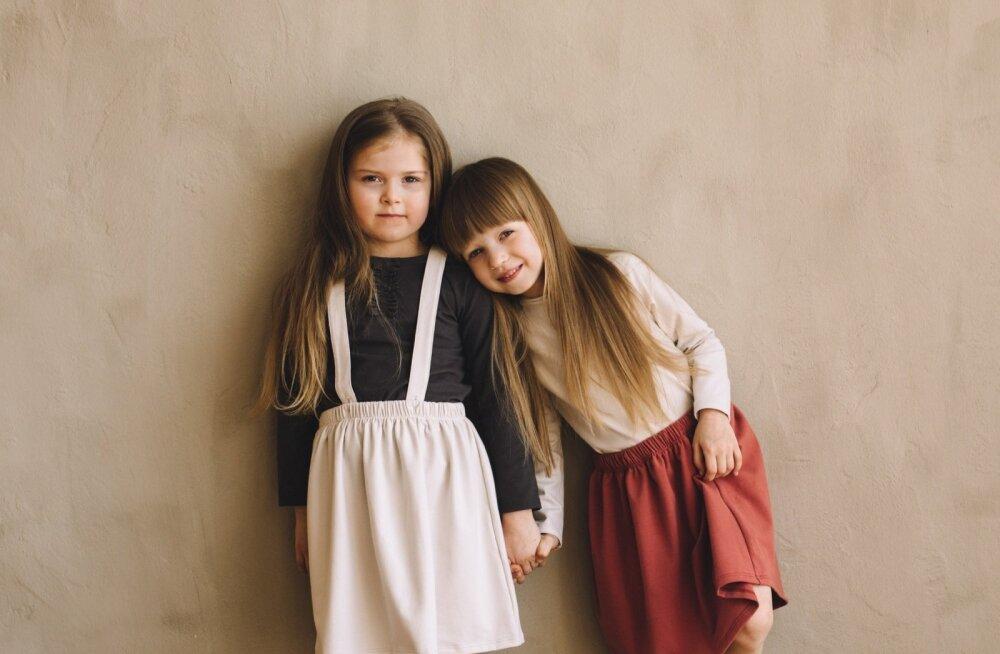 Pildil Jana tütar Maria (paremal), kes oli firma esimene modell ja kellel on ka omanimeline toode. Kõrval sõbranna Saara.