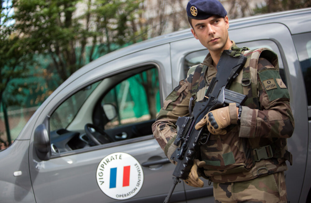 Pariisis sõdurite ründamises kahtlustatav mees saadi pärast kiirteel toimunud tagaajamist kätte