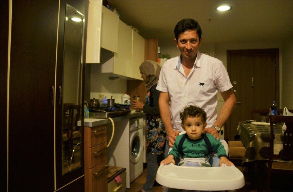 Ahmedil on õnnestunud oma elu paremini sisse seada kui paljudel teistel linnapagulastel. Sellest hoolimata suudab ta üürida ainult keldrikorruse tuba.